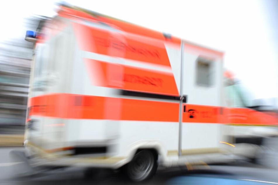 Der Schwerverletzte wurde in ein Krankenhaus transportiert (Symbolfoto).