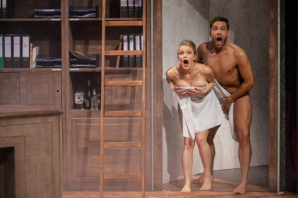 Nackt wie Gott ihn schuf, zeigt sich Andreas Köhler (36) im Theater....