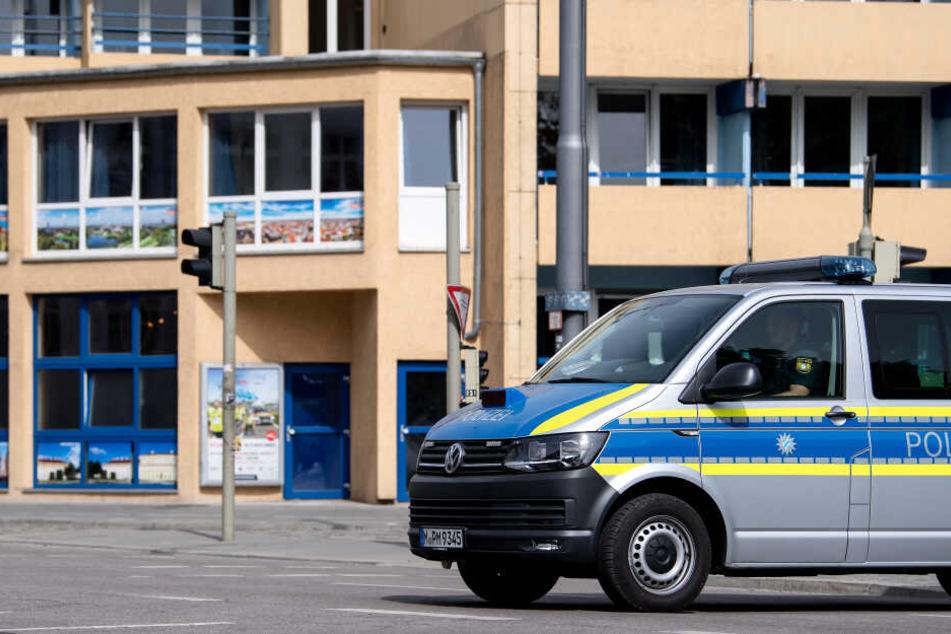 Auch Stunden nach der brutalen Messerattacke ist die Polizei noch am Ort des Geschehens.