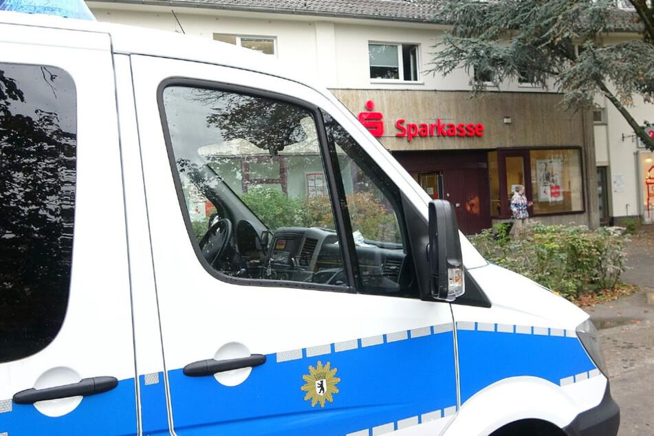 Ein Polizeiauto steht vor der Bankfiliale.