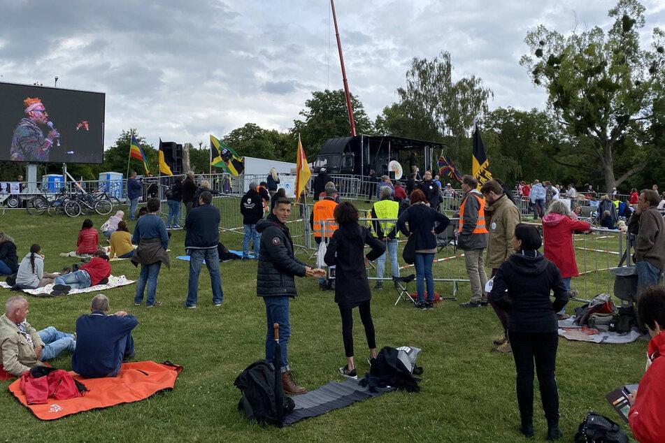 Menschen protestieren in Leonberg gegen die Corona-Auflagen.