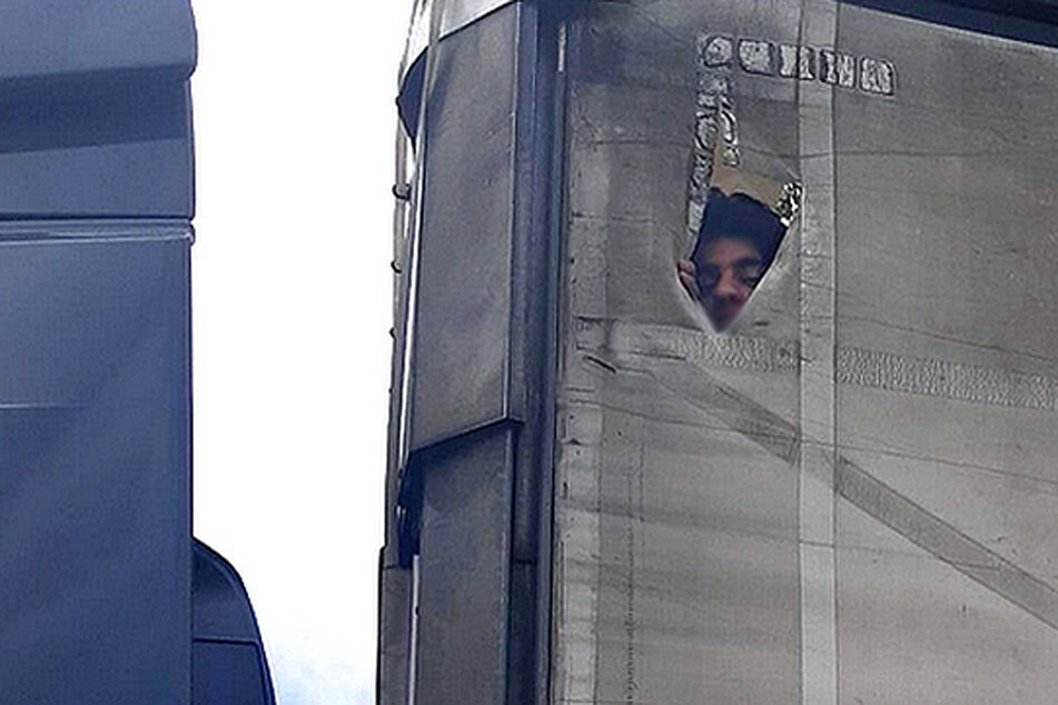 München: Illegale Schleusung: Migrant klettert hilfesuchend während Fahrt auf Lkw-Dach