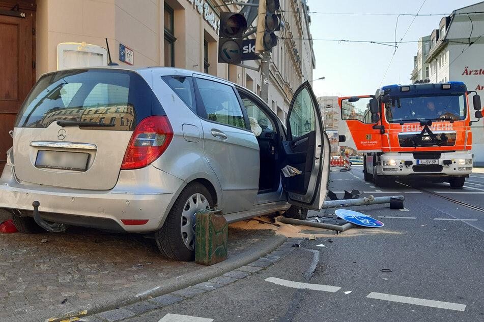Ein Mercedes ist im Leipziger Stadtteil Stötteritz in eine Ampelanlage gekracht.