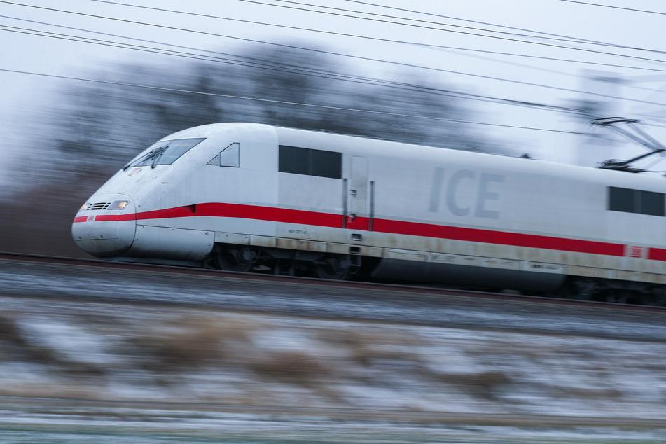 Der Lokführer eine ICEs stoppte außerplanmäßig auf freier Strecke. (Symbolbild)