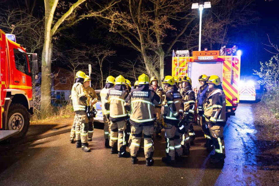 Einsatzkräfte stehen am Unfallort.