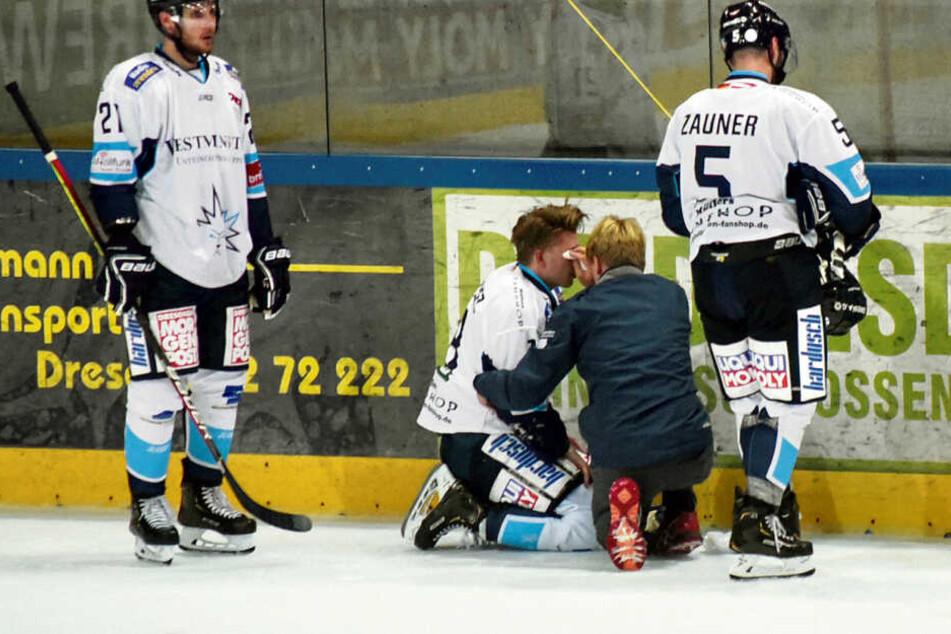 In der Vorbereitung zog sich Timo Walther eine Augenverletzung zu, wurde noch auf dem Eis von Mannschaftsarzt Dr. Lars Stephan behandelt.