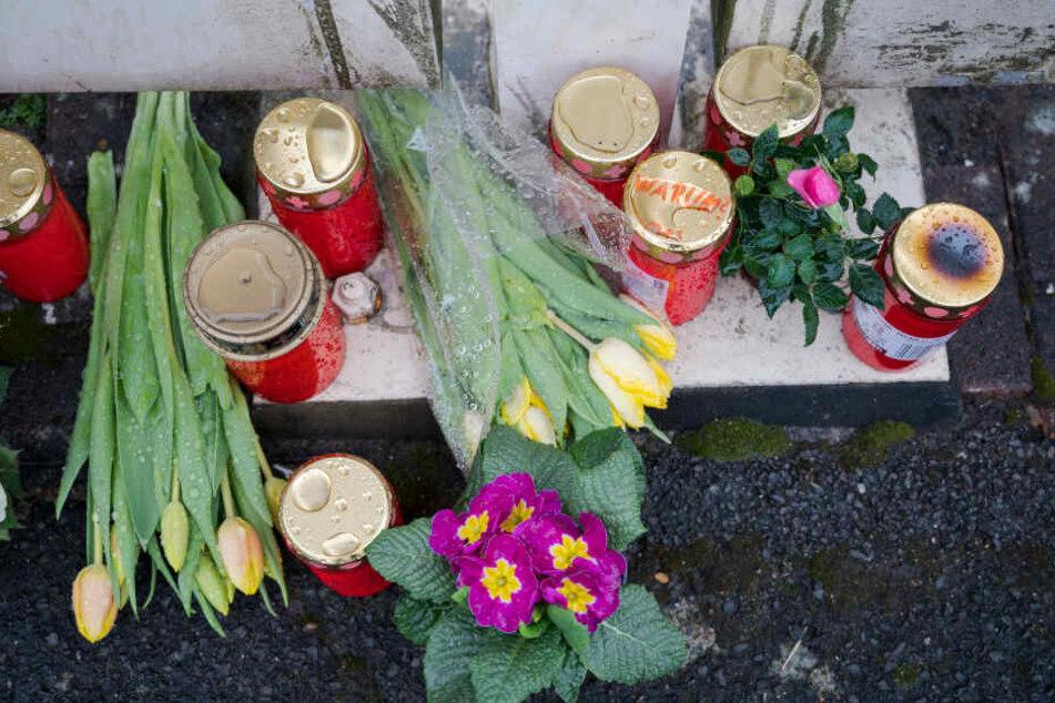 Anfang März liegen Blumen vor der Praxis des durch Bernhard Graumann ermordeten Arztes.