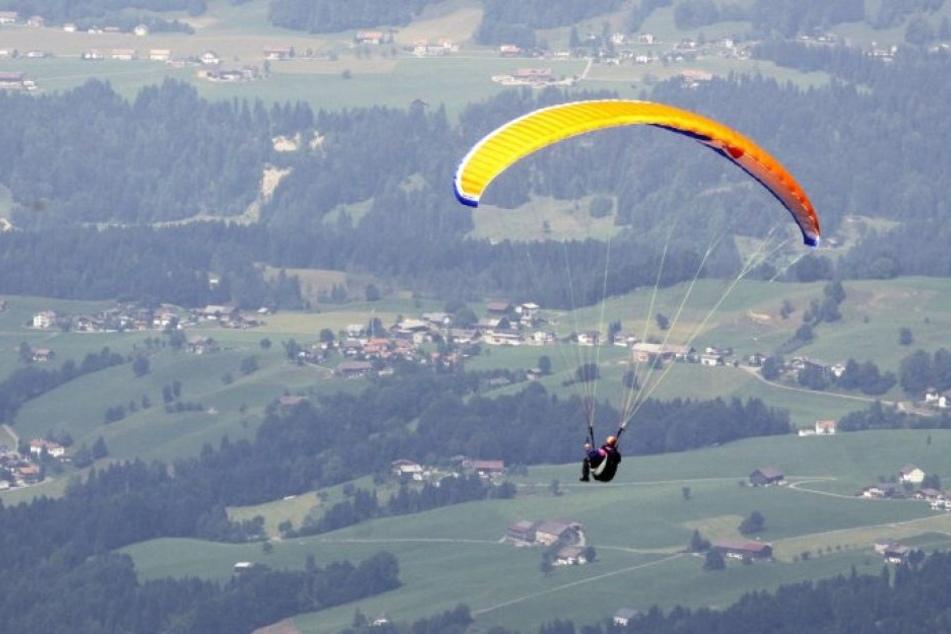 Kurz vor der Landung wurde der Gleitschirmflieger womöglich von einer Windböe erfasst. Dadurch krachte er gegen eine Hauswand. (Symbolbild)
