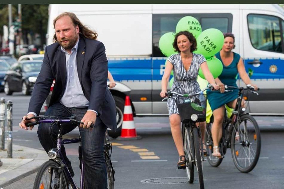 Die Grünen, Ramona Pop (M) und Antje Kapek (r) zusammen mit dem Fraktionsvorsitzenden im Deutschen Bundestag, Anton Hofreiter auf ihren Fahrrädern unterwegs durch Berlin.