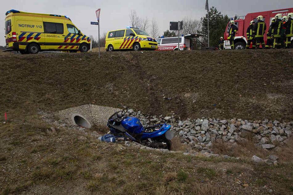 In Bernsdorf ist ein Motorradfahrer von der Straße abgekommen und eine Böschung hinab gestürzt.