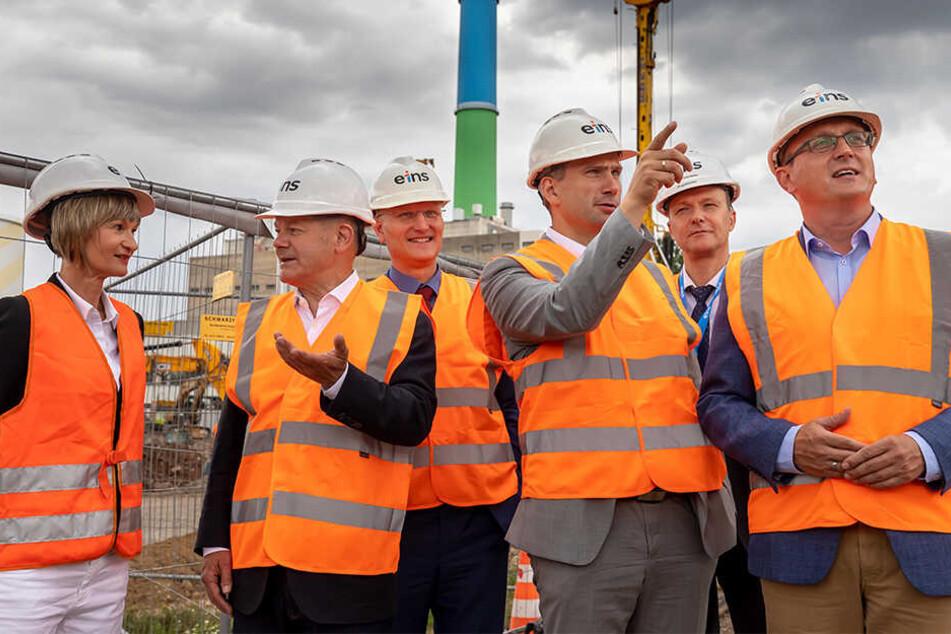 Oberbürgermeisterin Barbara Ludwig (57, SPD), Vizekanzler Olaf Scholz (61, SPD) und Staatsminister Martin Dulig (45, SPD) lassen sich die Pläne zur Energiewende in Chemnitz erklären.