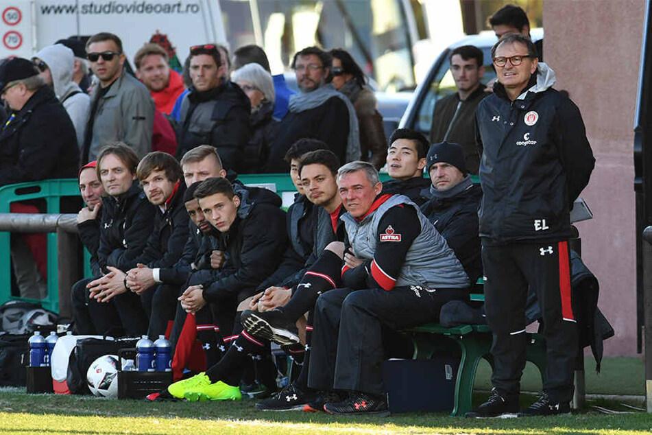 """Neben """"Zettel-Ewald"""" Lienen (r.) ist Olaf Janßen mehr als nur Co-Trainer beim FC St. Pauli."""