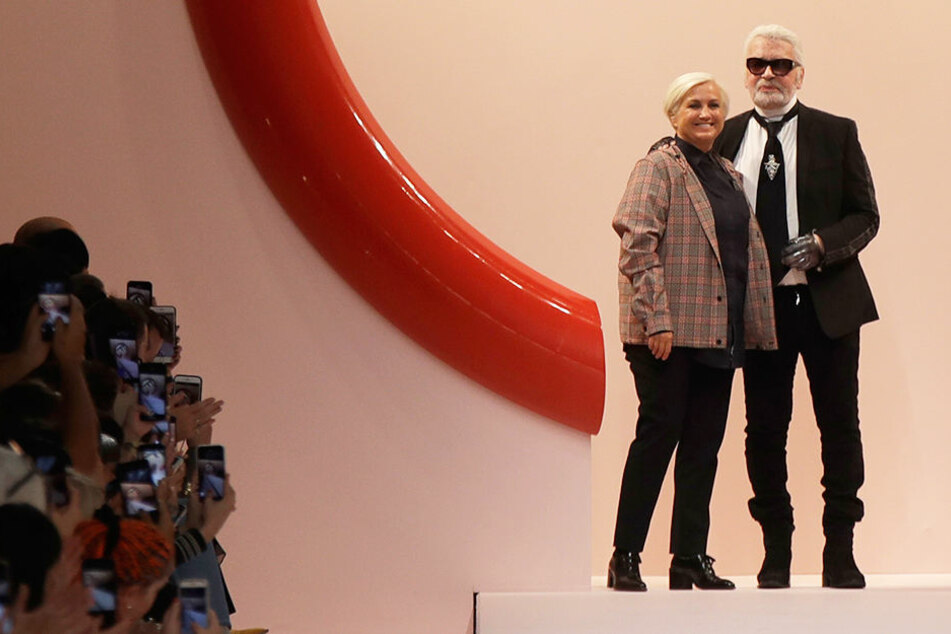 Karl Lagerfeld musste sich von seiner Designkollegin stützen lassen.