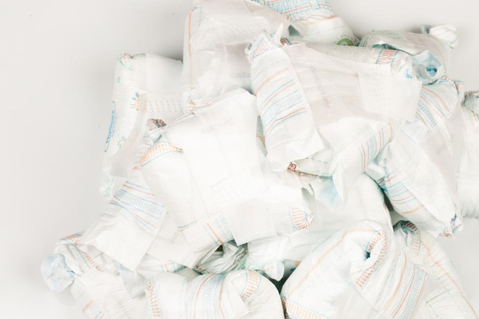 Die Unbekannten hatten 30 Säcke mit gebrauchten Windeln im Wald abgeladen (Symbolfoto).