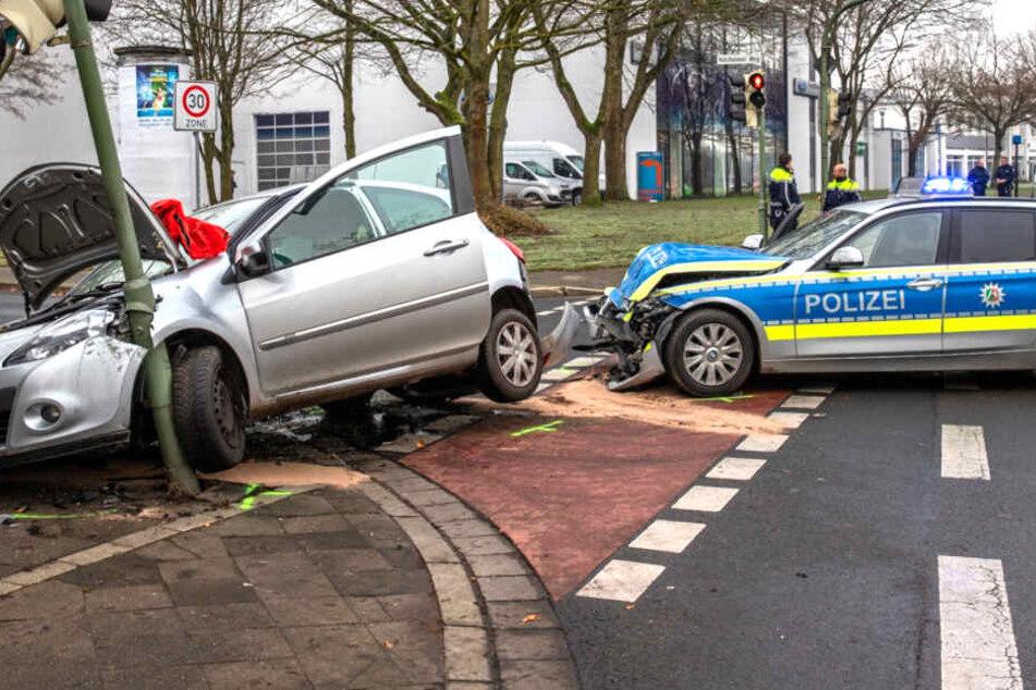 Polizei mit Blaulicht im Einsatz, dann kracht es gewaltig
