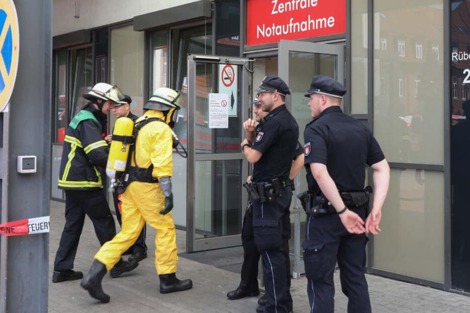 Ein Feuerwehrmann in Schutzanzug betritt die Notaufnahme.