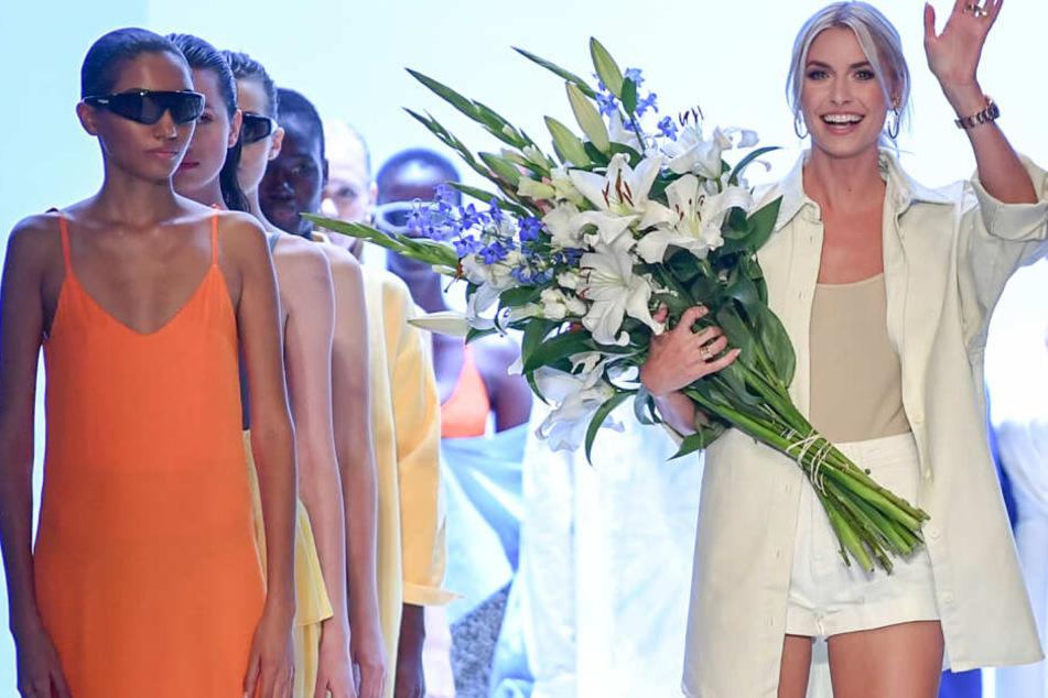 Lena Gercke mit den Models ihres Labels Leger nach der Show.