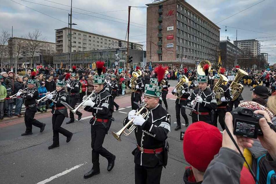 Tausende Schaulustige säumten bei der Großen Bergparade die Straße der Nationen.