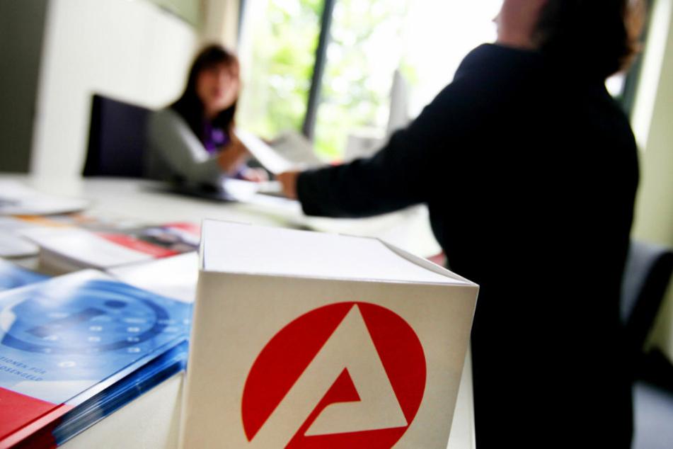 Eine Mitarbeiterin der Bundesagentur für Arbeit in Düsseldorf berät eine Kundin. (Archivbild, Symbolbild)