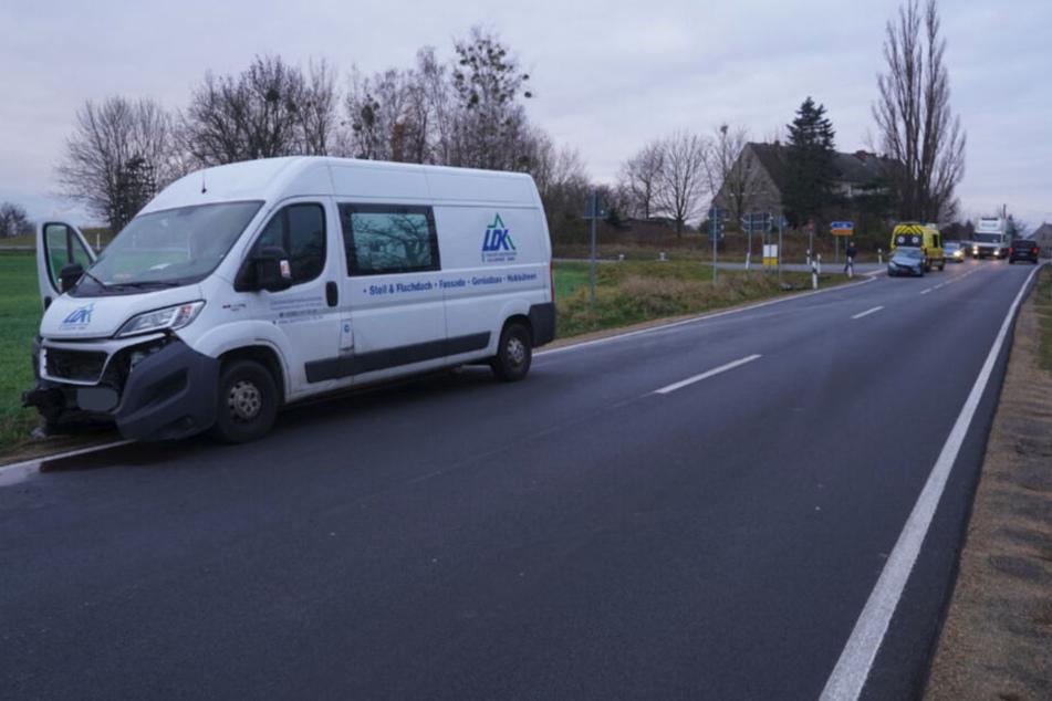 Der Transporter und das Auto kamen weit voneinander entfernt zum Stehen.
