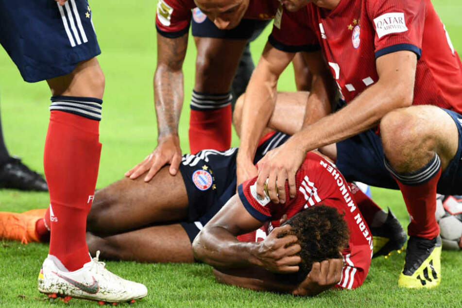 Kingsley Coman vom FC Bayern musste noch vor dem Pausenpfiff verletzt vom Feld.