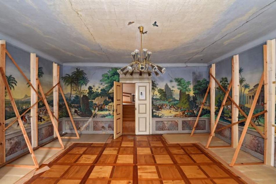Die bunten Tapeten stammen aus dem Jahr 1838. Eine Restaurierung ist längst überfällig.
