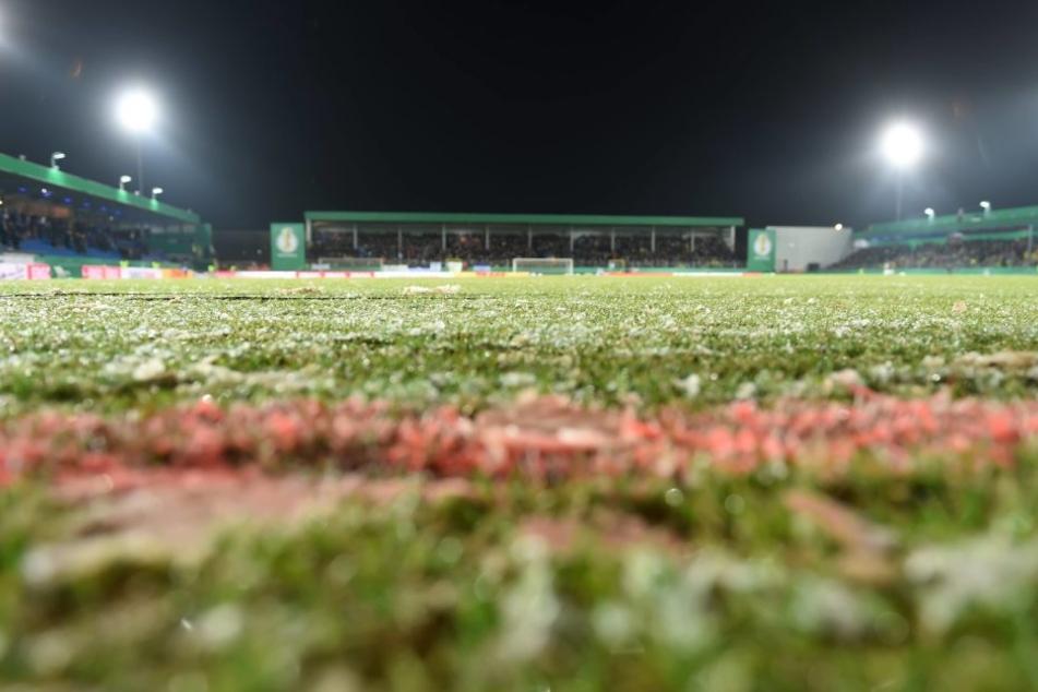 Wegen des schlechten Rasens musste die Partie zwischen den Sportfreunden Lotte und dem BVB abgesagt werden.
