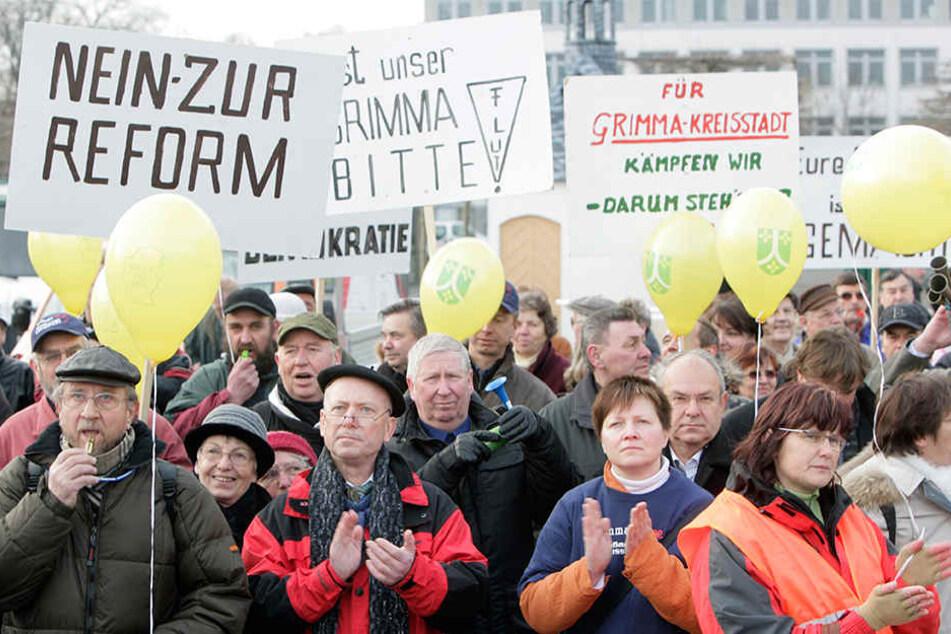"""Vor der Kreisreform protestierten Hunderte Sachsen gegen das Vorhaben. Besonders dort, wo man den Status als """"Kreisstadt"""" verlor war die Stimmung aufgebracht."""