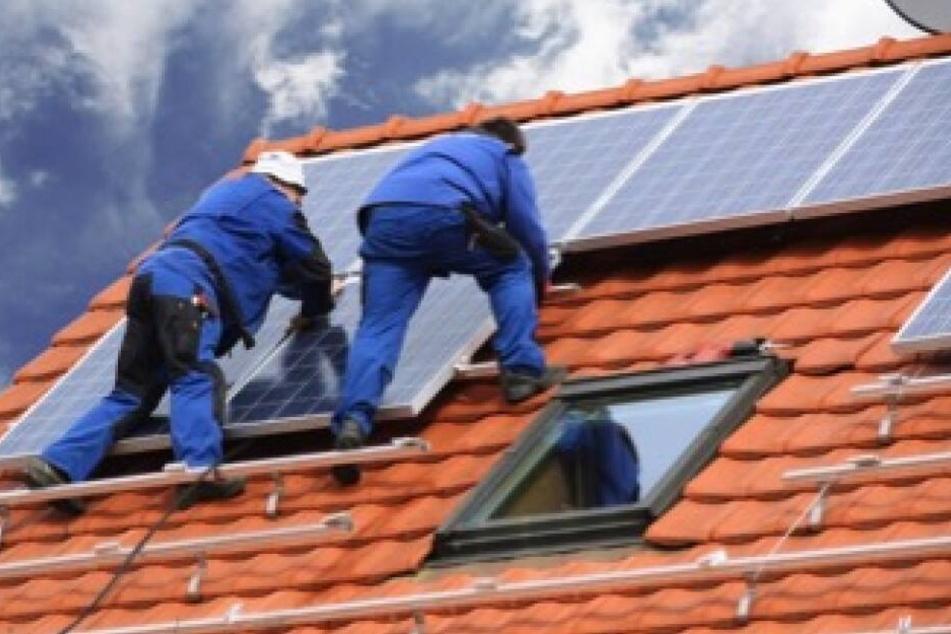 Die Installation einer Solaranlage sollte stets den Profis überlassen sein.