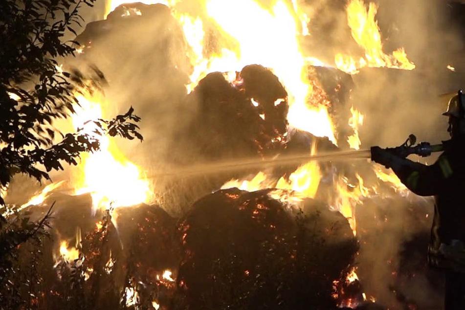 Ein großer Strohhaufen war in Brand geraten.