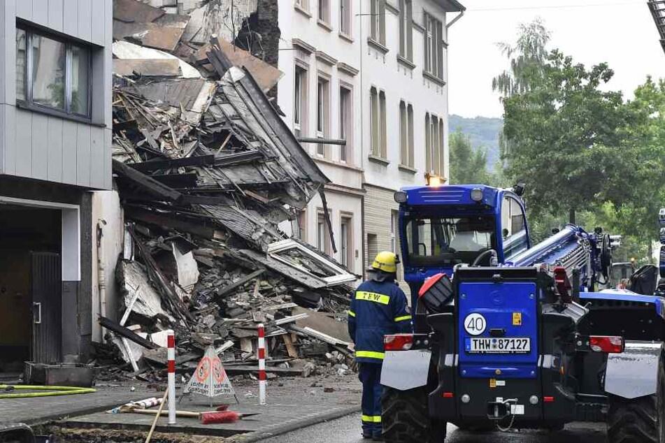 Seit Sonntagmittag werden die eingestürzten Gebäudeteile abgetragen.