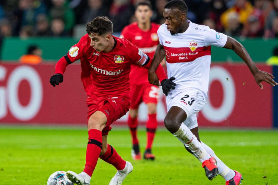 Leverkusens Kai Havertz (l) und Stuttgarts Orel Mangala kämpfen um den Ball.