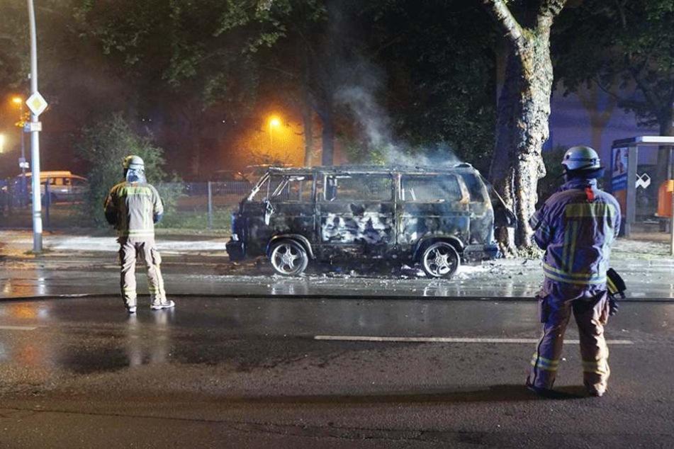 In Tempelhof brannte auf der Ringstra0e dieser VW-Bus aus.