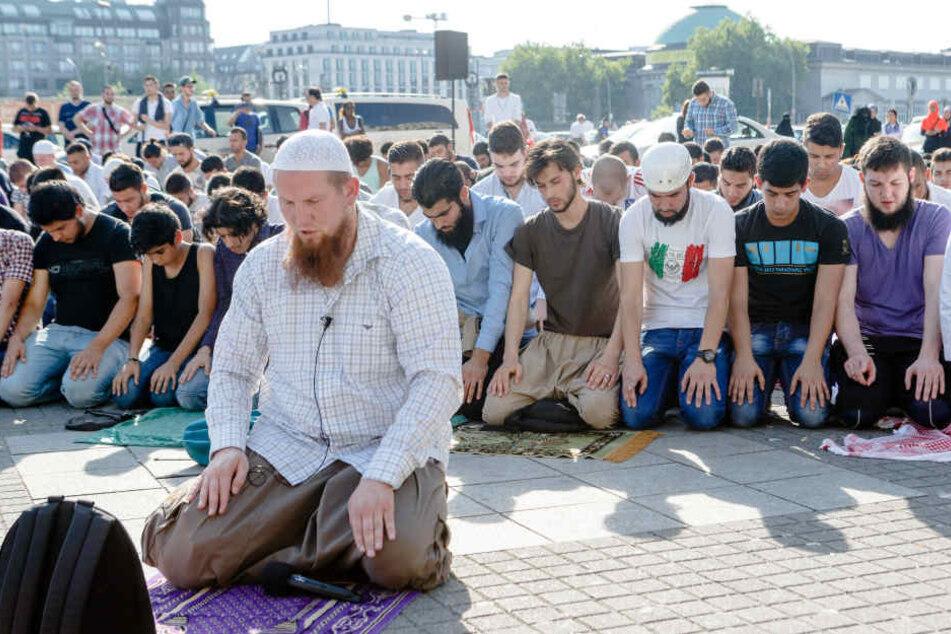 Betende Salafisten in Hamburg. (Archivbild.)