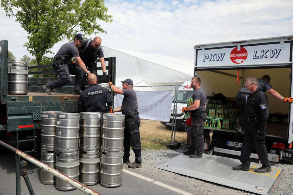 Die Polizei räumte zudem jeden gefundenen Alkohol vom Gelände.