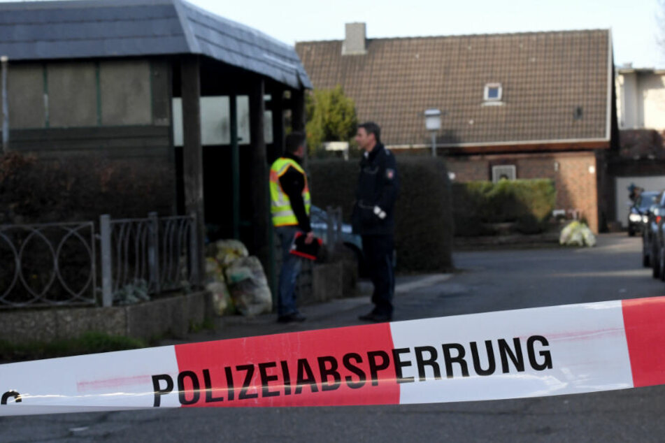 Ermittler haben den Tatort in Schönberg abgesperrt. (Archivbild)