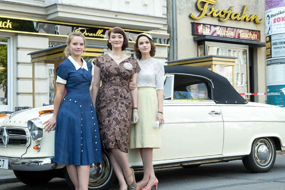 """Bereits in """"Ku'damm 56"""" spielten die drei Hauptdarstellerinnen die Schwestern Sonja, Helga und Eva Schöllack (von links)."""