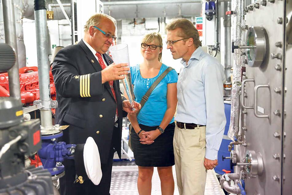 Nach der Übergabe der Freikarten revanchierte sich Kapitän Vaclav Ber (53) bei den Museumsmitarbeitern Richard Stratenschulte (56) und Caroline Keil (36) mit einer Schiffsführung.