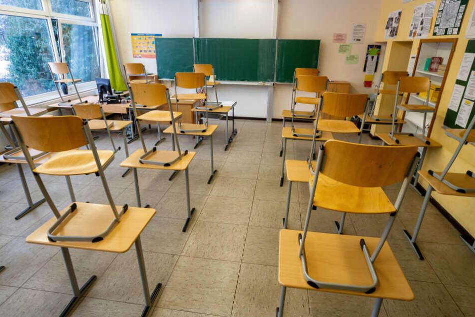 Angreifer stürmen Klassenraum und verprügeln 17-Jährigen mit Schlagstöcken