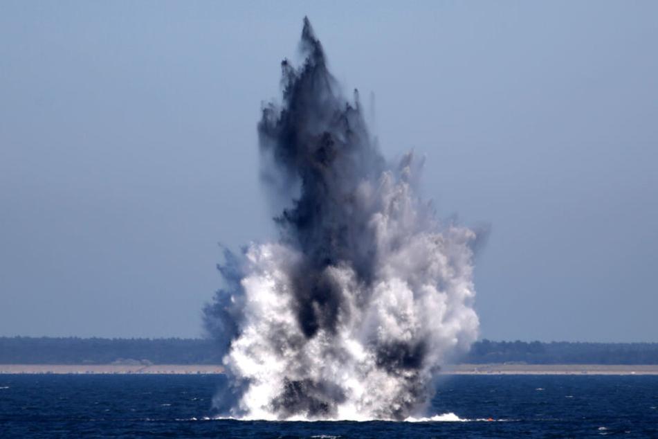 Zwei Wasserbomben aus dem Zweiten Weltkrieg werden am in der Ostsee gezielt gesprengt. Auf dem Meeresboden lagern hier außerdem schätzungsweise noch 300.000 Tonnen konventionelle Munition.