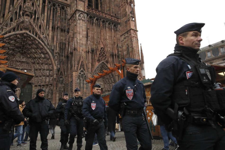 Polizisten nach dem Anschlag auf dem Weihnachtsmarkt.