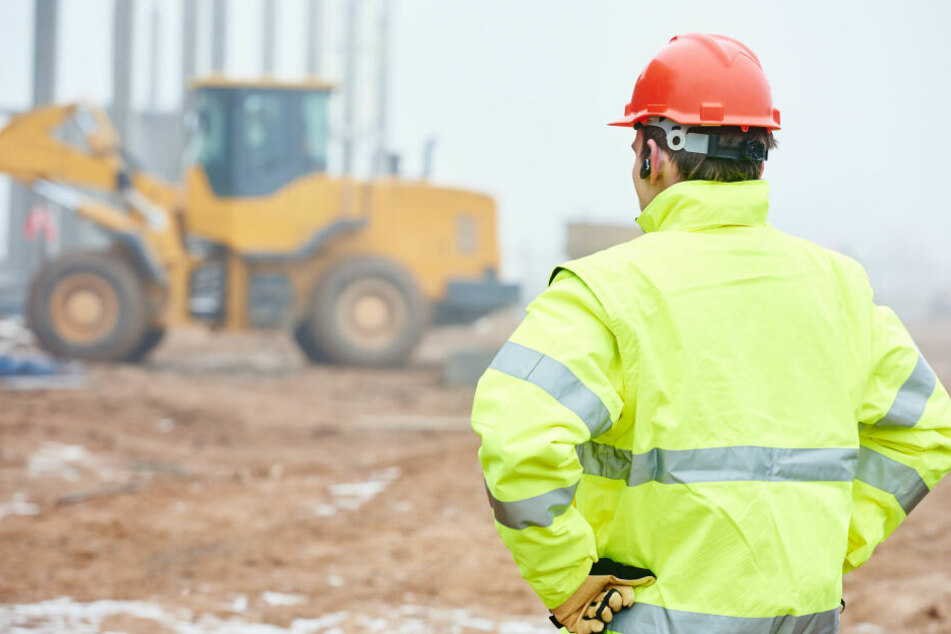 Schwerer Unfall auf Baustelle! Arbeiter von Metallstange durchbohrt