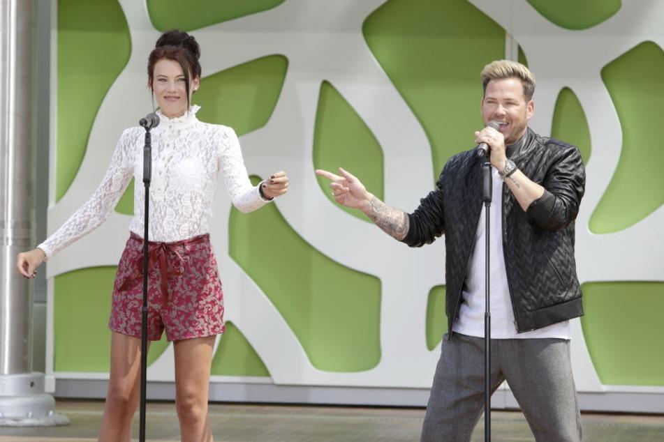 Martin Scholz mit Partnerin Caro auf der Bühne.