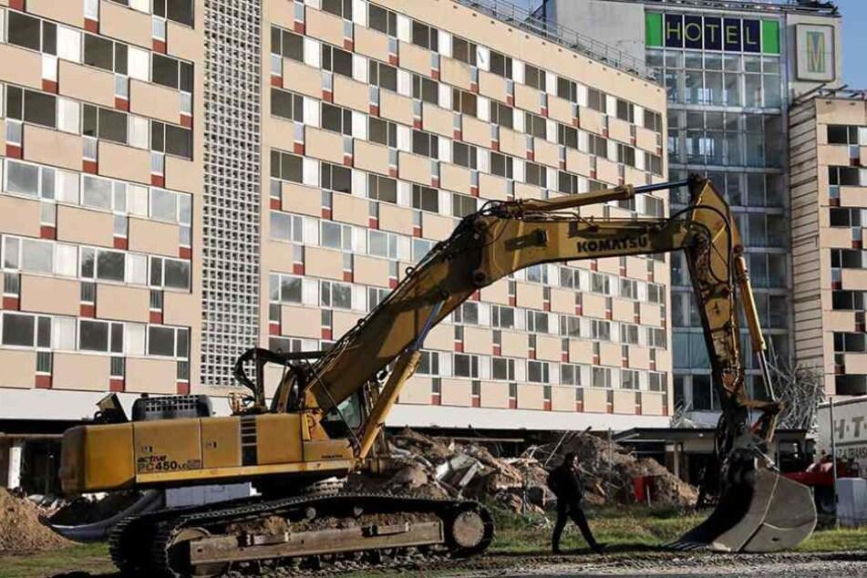 Ein Bagger steht vor dem einstigen Vorzeigehotel Klink an der Müritz. Die Tage des Baus sind gezählt
