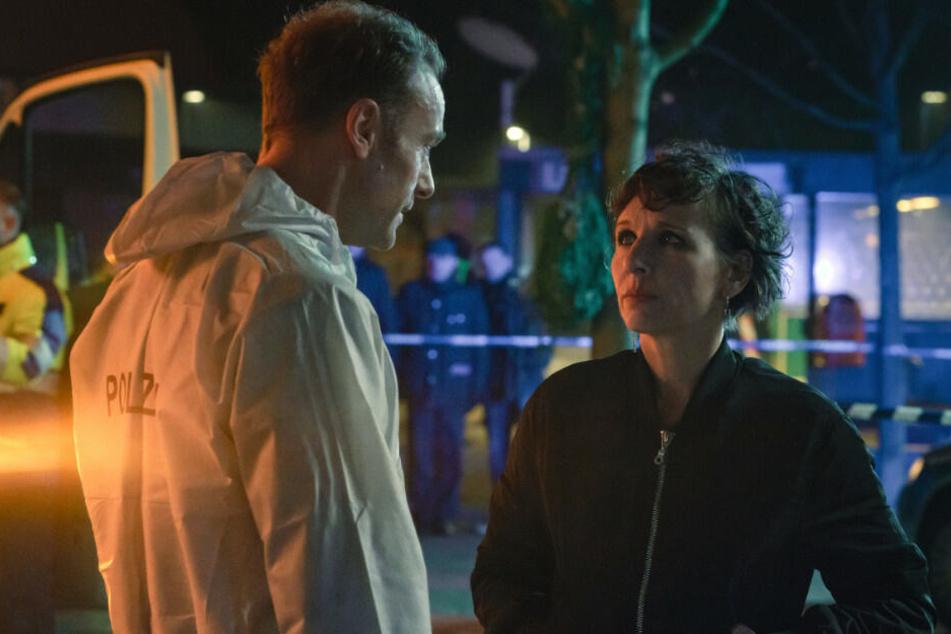 Nina Rubin spricht mit ihrem Kollegen Robert Karow.
