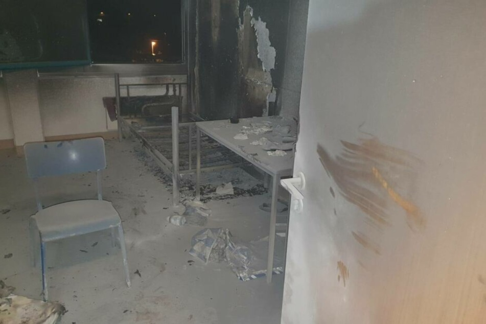 In diesem Zimmer hatte ein Bewohner drei Matratzen angezündet.