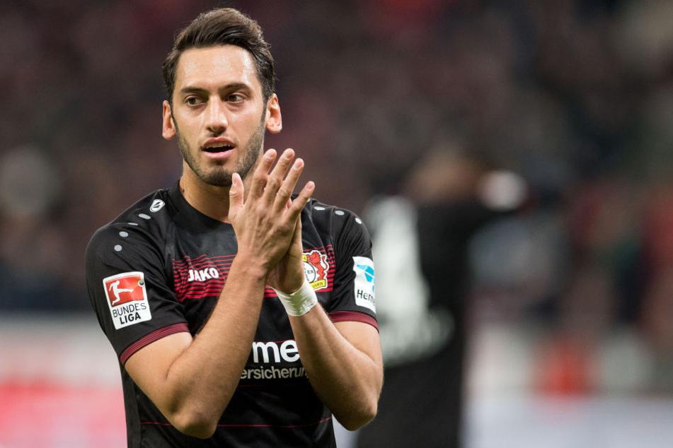Es wäre ein Hammer, sollte RB Leipzig Hakan Calhanoglu (hier noch im Trikot von Leverkusen) in die Bundesliga zurückholen.