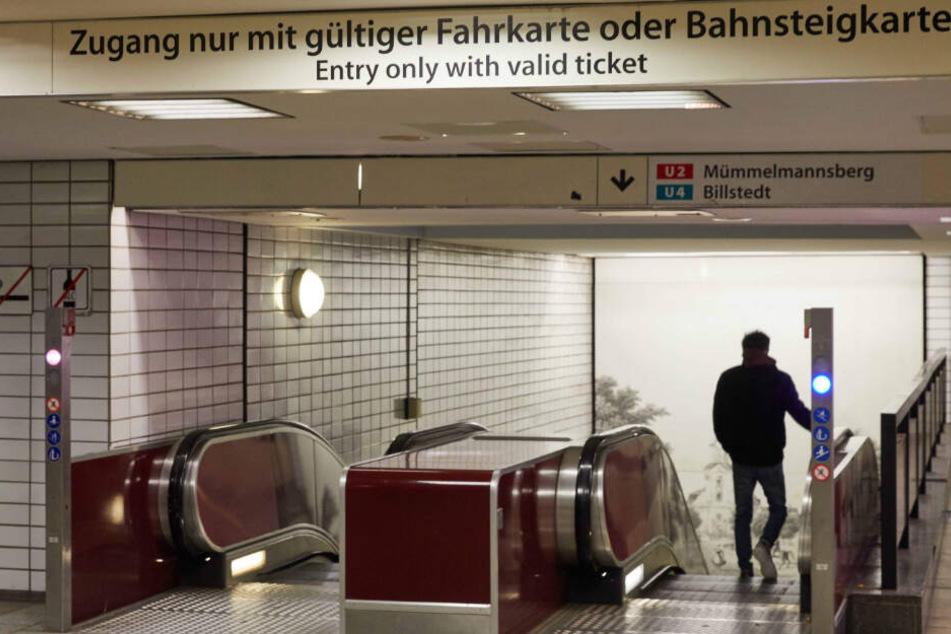 Ein Mann fährt mit der Rolltreppe in eine U-Bahn-Station in Hamburg. Der Nahverkehr ist ein Hauptthema des SPD-Wahlkampfes.