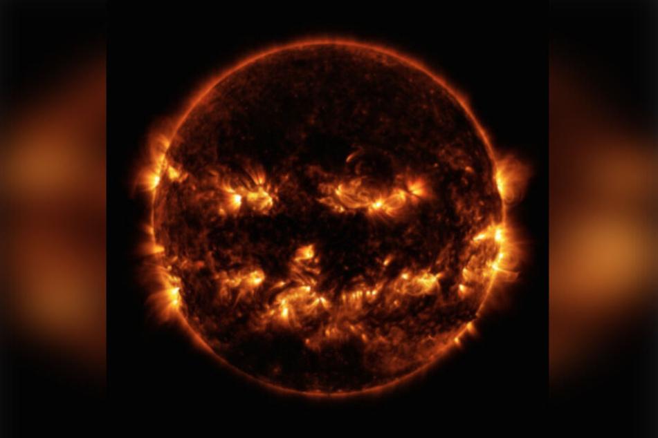 Dieses Bild vom Solar Dynamics Observatory der NASA wurde 2014 aufgenommen. Es zeigt aktive Regionen auf unserem Heimatstern, der Sonne. Erzeugt wird die Illusion eines unheimlichen Gesichts.