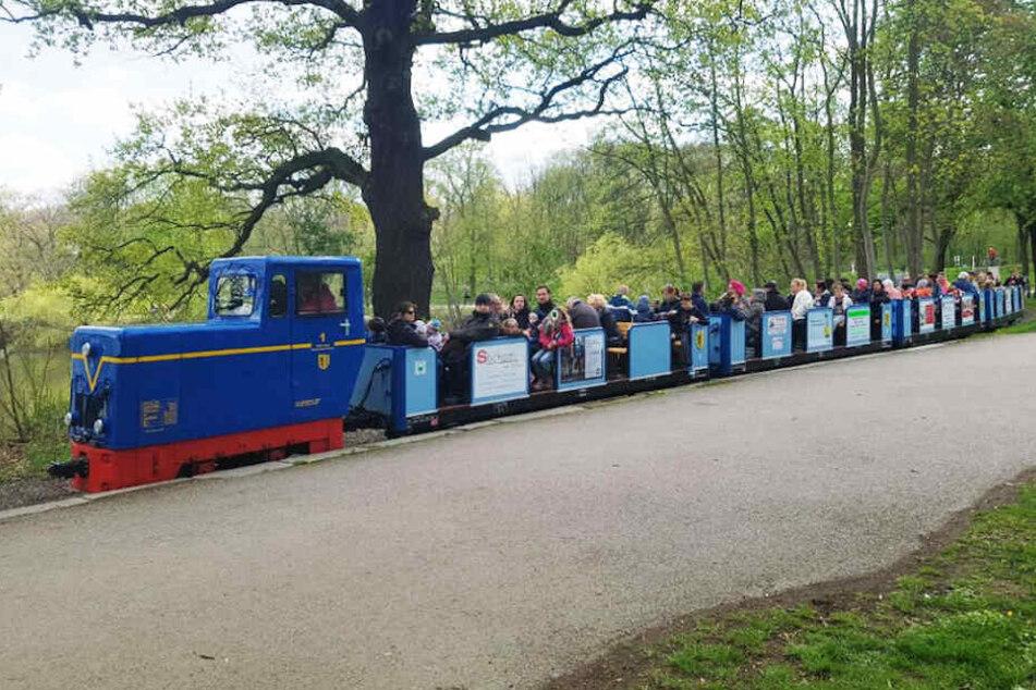 """Kein """"Tuff Tuff"""" aber dafür umweltfreundlich: Die blaue Akku-Lok eröffnete am Karfreitag die Parkeisenbahnsaison."""